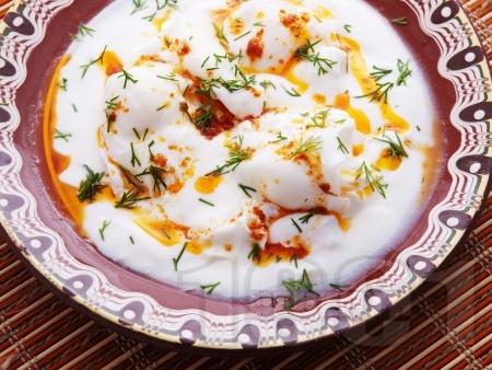 Пържени яйца по панагюрски с кисело мляко, чесън и копър - снимка на рецептата
